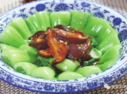 一款家常风味素菜,香菇与油菜堪称绝配,广受欢迎。