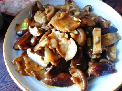 香菇炒五花肉特别好吃,方法简单,味道鲜美,营养丰富,超级下饭
