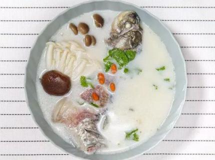 鲜菇鲫鱼汤,低热量高营养,春秋季的最佳饮品