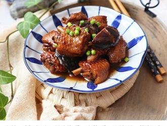 香菇烧鸡翅,鸡肉和香菇一起烧成鸡汤味道 十分鲜美
