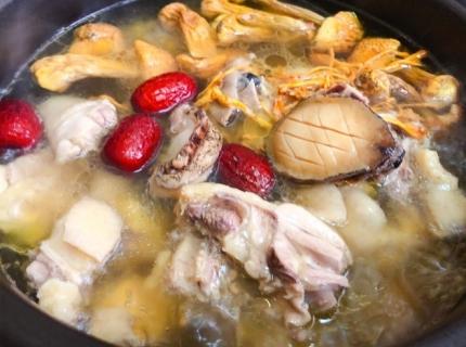 鲍鱼姬松茸煲鸡的做法