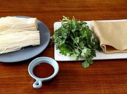 一把金针菇,一张豆腐皮,一小把香菜,教你做一道素食烧烤