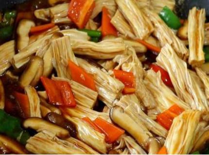 香菇便宜又好吃,配上腐竹这样做,汤汁浓郁味道鲜美,特别下饭