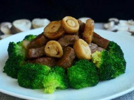 草菇牛排,肉质很嫩,操作上也很容易掌握!
