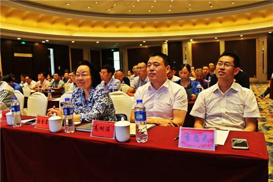 7、张金霞李忠民高树满(平泉市食用菌行业协会副会长)在听课