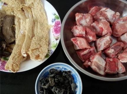 竹荪牛肝菌排骨盅