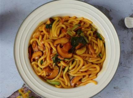 培根香菇炒土豆粉,营养美味又有食欲,吃一口就爱上